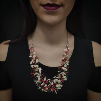 Unikatna heklana ogrlica, crvene nijanse perli i komadići školjke