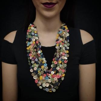 Unikatna heklana ogrlica, gumbi raznih boja