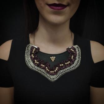 Unikatna ogrlica ručni rad, crne boje sa ljubičastim i bež detaljima.