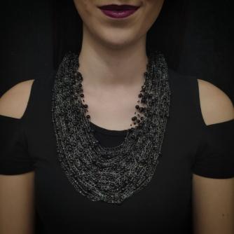 Unikatna heklana ogrlica, crne perle