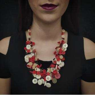 Unikatna heklana ogrlica, gumbi u crvenim i bijelim nijansama