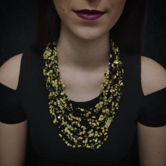 Unikatna heklana ogrlica, crne i žute ljuskice