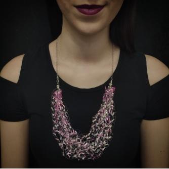 Unikatna heklana ogrlica, roze perle