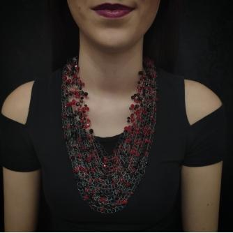 Unikatna heklana ogrlica,  crne i crvene Swarovski perle
