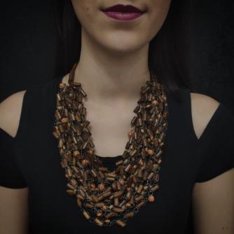 Unikatna heklana ogrlica, smeđe nijanse drvenih perli